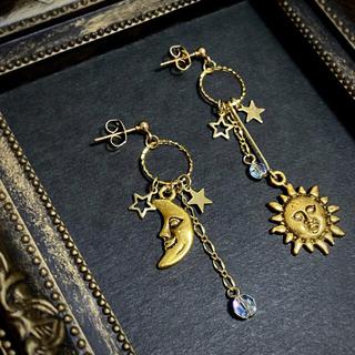 太陽と月のアシンメトリースワロフスキー ピアスorイヤリング(ピアス)