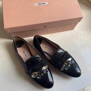 ミュウミュウ(miumiu)のミュウミュウ ビジューパテントエナメルフラットシューズ a(ローファー/革靴)