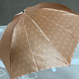 ユーバイウンガロ(U by ungaro)の新品未使用ウンガロ雨傘 軽量折り畳み クィックアーチモノグラム柄ベージュ 茶色(傘)