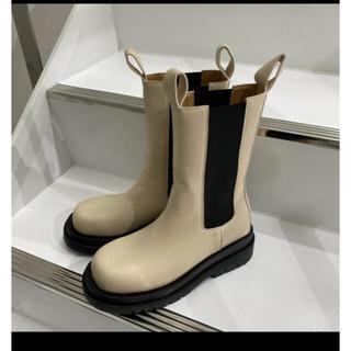 トゥデイフル(TODAYFUL)のwillfully side gore middle boots ベージュ(ブーツ)
