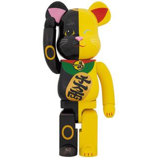 メディコムトイ(MEDICOM TOY)の確実正規品■BE@RBRICK 招き猫 黒×黄 1000% ベアブリック(その他)