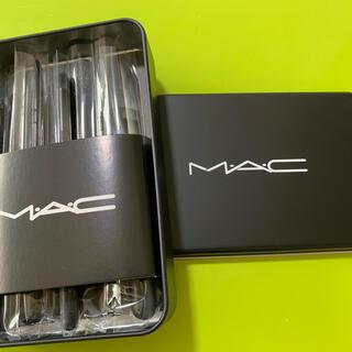 大人気MACメイクブラシ 12本+缶の箱セットです。