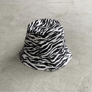 アメリヴィンテージ(Ameri VINTAGE)のゼブラ バケットハット 白 黒 アニマル レディース シンプル シマウマ(ショルダーバッグ)