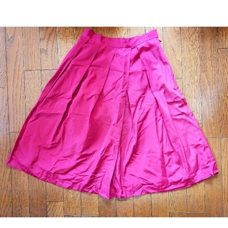ワインレッドのサテン生地のスカート(ひざ丈スカート)