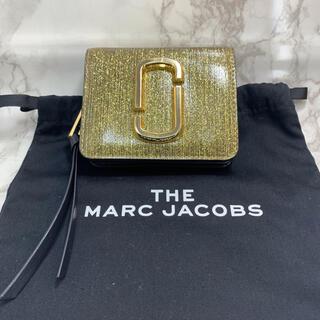 マークバイマークジェイコブス(MARC BY MARC JACOBS)の【マークジェイコブス 折財布 M0016758 ゴールド系】(財布)