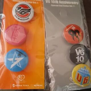 ブイシックス(V6)のV6 10th Anniversary缶バッジ(アイドルグッズ)