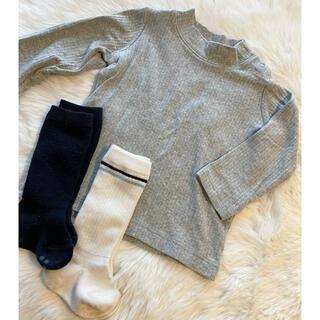 ユニクロ(UNIQLO)のユニクロ リブハイネックカットソー グレー 80 MUJI靴下おまけ付き(シャツ/カットソー)