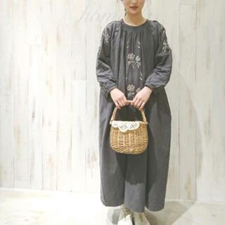 サマンサモスモス(SM2)のSamansa Mos2・花刺繍ピンタックワンピース・チャコール(ロングワンピース/マキシワンピース)