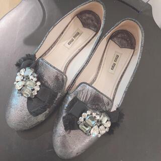 ミュウミュウ(miumiu)のmiumiu*ブラックシルバーローファー37ハーフ(ローファー/革靴)