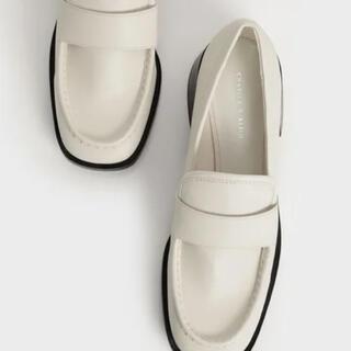チャールズアンドキース(Charles and Keith)のブロックヒールペニーローファー  ホワイト 23.5cm(ローファー/革靴)