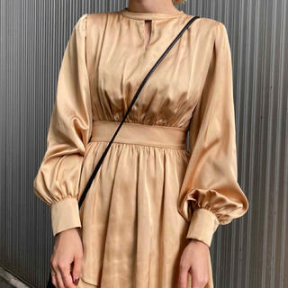 アメリヴィンテージ(Ameri VINTAGE)のBULGE SHOULDER DRESS ベージュ(ひざ丈ワンピース)