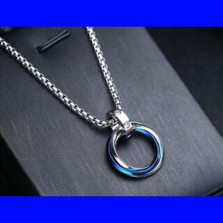 新品3連リングネックレス メンズアクセサリー ブルー ペンダント アレルギーフリ(ネックレス)