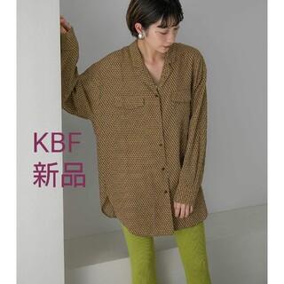 ケービーエフ(KBF)のKBF 新品タグ付き オープンカラーレトロプリントサテンシャツ(シャツ/ブラウス(長袖/七分))