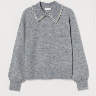 エイチアンドエム(H&M)の【H&M】襟付きパールビジューニット グレー(ニット/セーター)