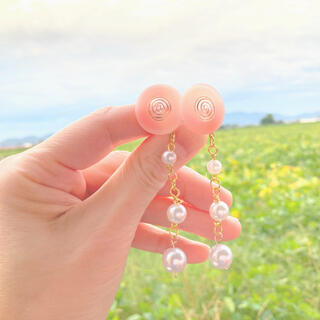 ピンクの花びら色ヴィンテージボタンとパールピアス(ピアス)