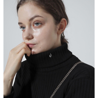 epine é embroidery rib knit high neck