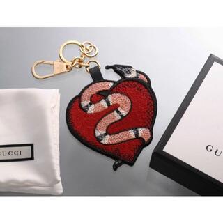 グッチ(Gucci)のS7239M 美品 グッチ GGスプリーム チャーム キーリング(キーホルダー)