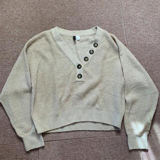 エイチアンドエム(H&M)のボタン付きニット(ニット/セーター)