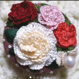 ハンドメイド くるみボタン 刺繍ブローチ♡ 薔薇とパールのお花