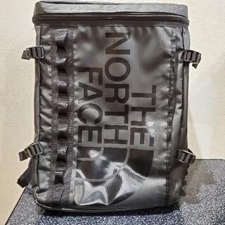 THE NORTH FACE - シックなロゴ黒、人気のザノースフェイスのヒューズボックス リュック30L