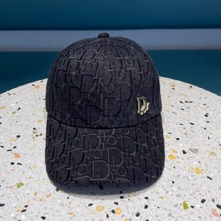 # ディオールひさしのついた帽子