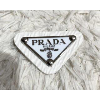 プラダ(PRADA)の新品 PRADA トライアングル ブローチ 白(ブローチ/コサージュ)