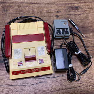 ファミリーコンピュータ(ファミリーコンピュータ)のNintendo HVC-001 初代ファミコン(家庭用ゲーム機本体)