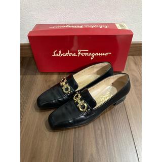 サルヴァトーレフェラガモ(Salvatore Ferragamo)のフェラガモ ゴールドガンチーニローファー 黒 24.5(ローファー/革靴)
