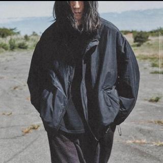 コモリ(COMOLI)の【売り切り】comoli ナイロンショートジャケット サイズ2(ナイロンジャケット)