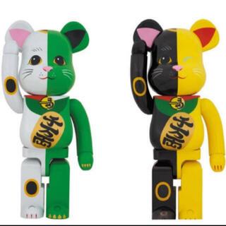 メディコムトイ(MEDICOM TOY)のBE@RBRICK 招き猫 白×緑 1000%、黒×黄 1000%(その他)