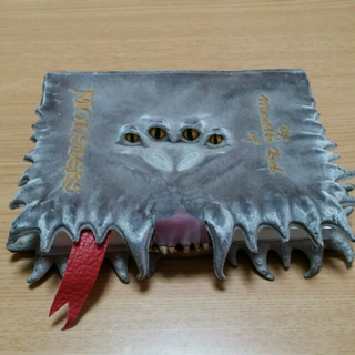 怪物的な怪物の本(小道具)