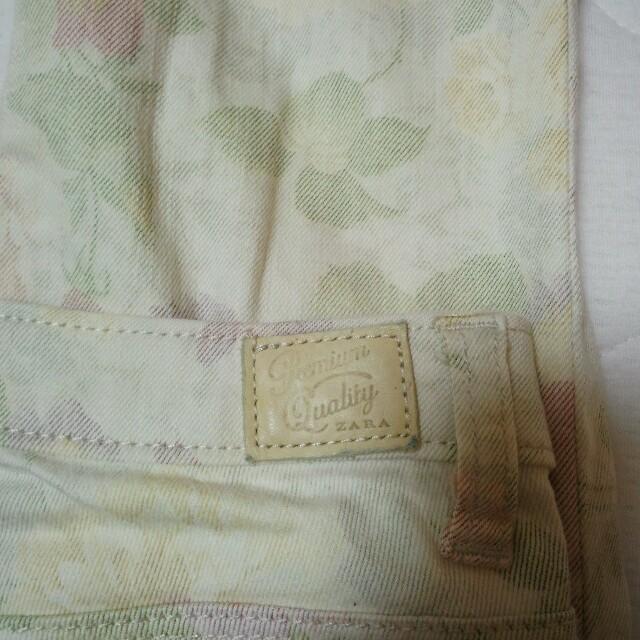 ZARA(ザラ)のザラ スキニー 花柄 レディースのパンツ(スキニーパンツ)の商品写真