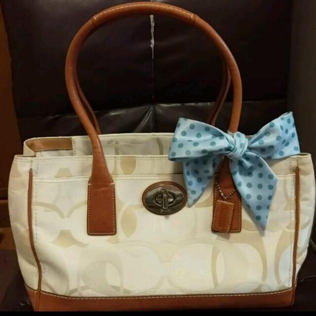 COACH(コーチ)のスカーフ付き コーチ白トート レディースのバッグ(トートバッグ)の商品写真