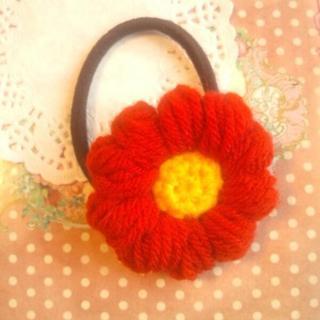 ふわふわ赤いお花ヘアゴム(ヘアゴム/シュシュ)