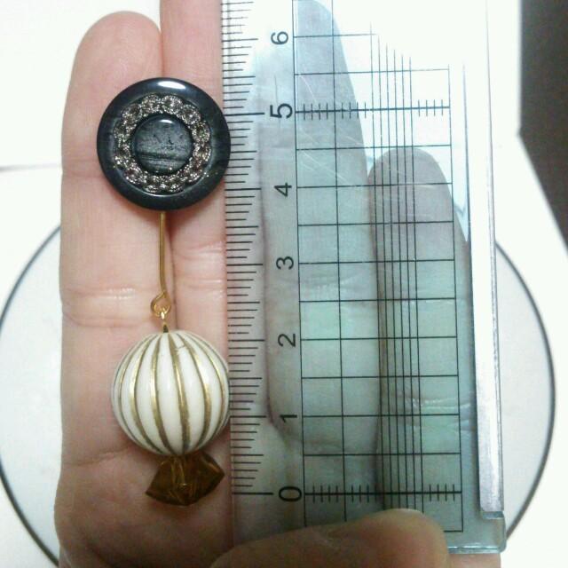 ヴィンテージボタンのピアス  グレー ハンドメイドのアクセサリー(ピアス)の商品写真