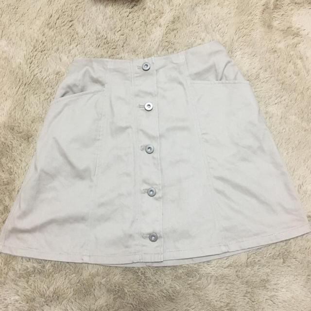 LOWRYS FARM(ローリーズファーム)のLOWRYS FARM ローリーズファーム ボタン付き スカート 台形 ベージュ レディースのスカート(ミニスカート)の商品写真