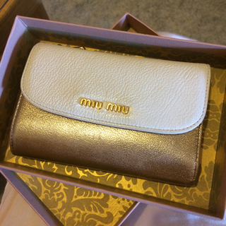 new concept 2ffa9 4301a ミュウミュウ 財布 二つ折り バイカラー ゴールド ホワイト 白 財布