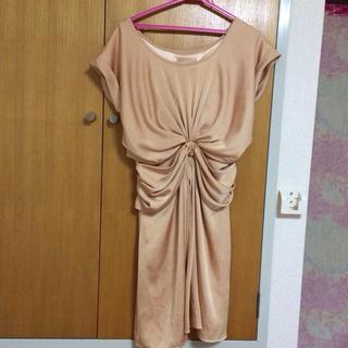 リミットレスラグジュアリー(LIMITLESS LUXURY)の光沢素材のおすましオレンジドレス。(ひざ丈ワンピース)