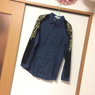 アッシュペーフランス(H.P.FRANCE)のcameo ゴールド刺繍 デニムシャツ(シャツ/ブラウス(長袖/七分))