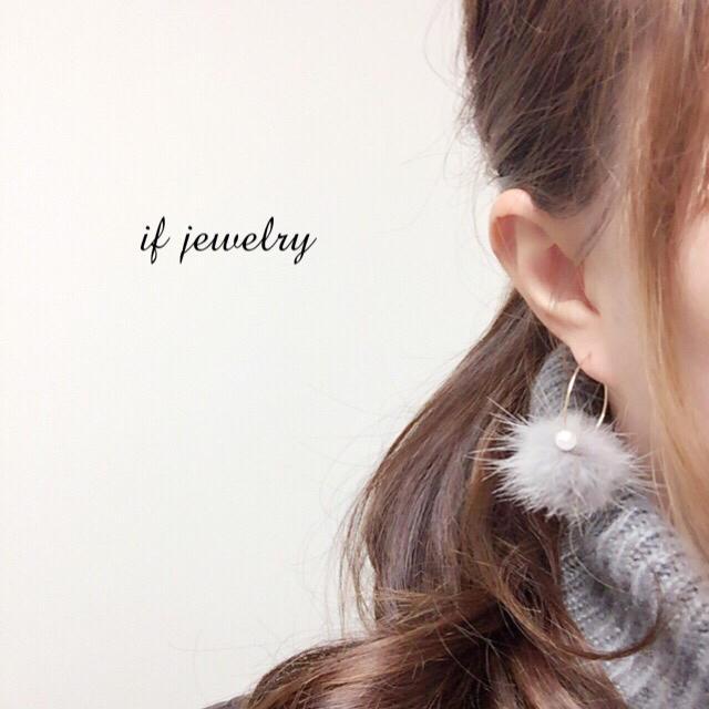 ミンクファーとパーツのフープピアス☆グレー ハンドメイドのアクセサリー(ピアス)の商品写真