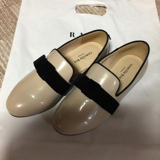 ランダ(RANDA)のRANDA リボン エナメル  オペラパンプス ベージュ camille bis(ローファー/革靴)