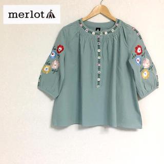 メルロー(merlot)のメルロー プラント花刺繍トップス ライトブルー(シャツ/ブラウス(半袖/袖なし))
