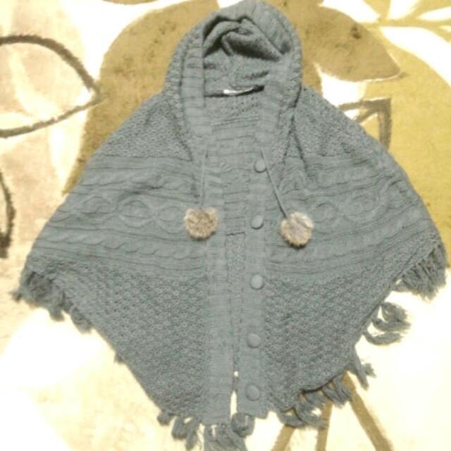 グレーのニットポンチョ レディースのジャケット/アウター(ポンチョ)の商品写真