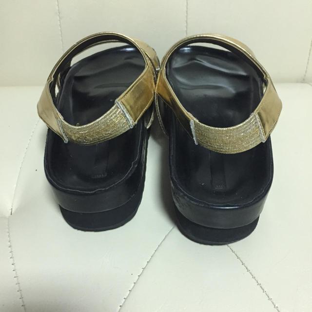 MURUA(ムルーア)のMURUA 2way フットベッド フラット サンダル ゴールド×ブラック レディースの靴/シューズ(サンダル)の商品写真