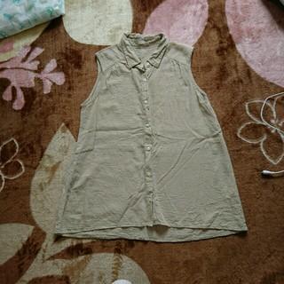 ジーユー(GU)のベージュ麻ノースリーブシャツ(シャツ/ブラウス(半袖/袖なし))