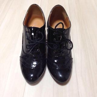 ヌォーボ(Nuovo)の黒のエナメルレースアップシューズ(ローファー/革靴)