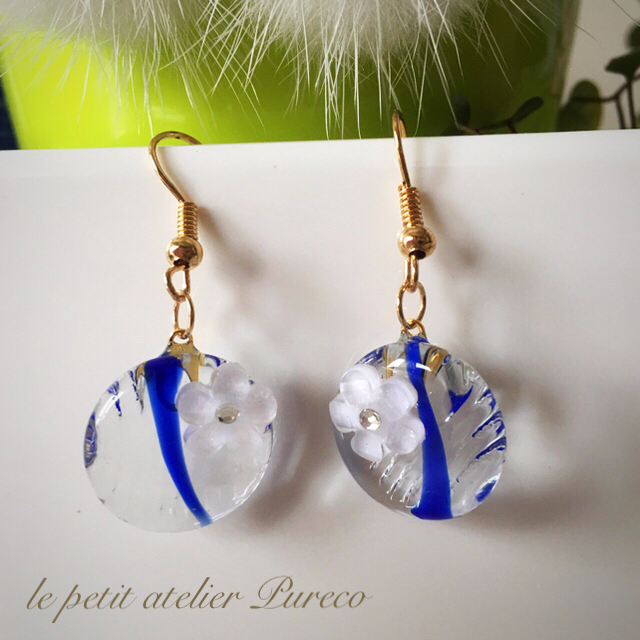 ガラスおはじきのピアス(青) ハンドメイドのアクセサリー(ピアス)の商品写真