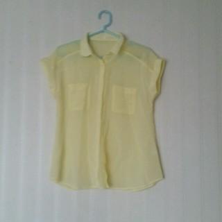 ジーユー(GU)のGU シフォン イエロー 黄色 半袖 トップス 春色 S 透け感(シャツ/ブラウス(半袖/袖なし))