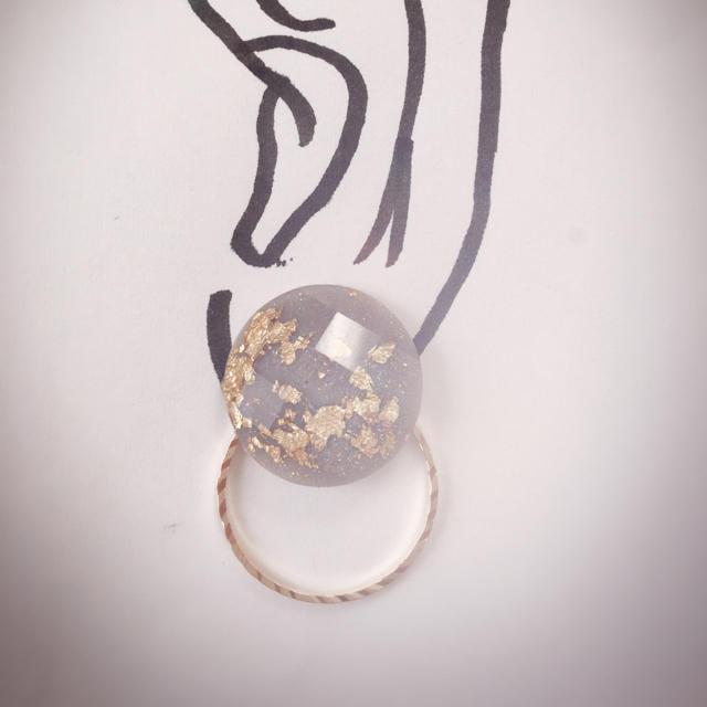 選べる4色!金箔inボタン風モチーフとメタルのピアス[ホワイト・グレー完売] ハンドメイドのアクセサリー(ピアス)の商品写真