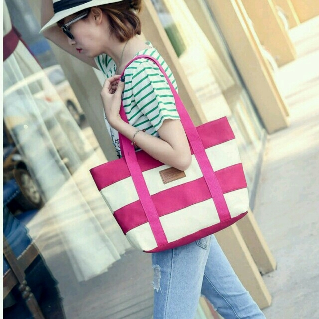 行楽シーズン必須アイテム!丈夫な帆布トートバッグ 赤紫色 レディースのバッグ(ショルダーバッグ)の商品写真